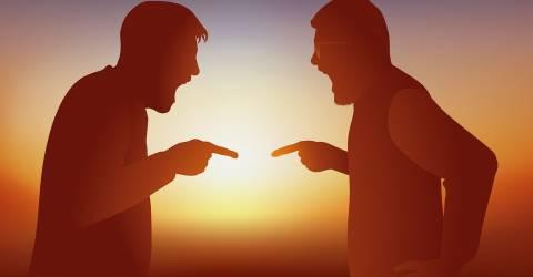 Meningsverschil met twee mensen die op verschillende standpunten boos worden.