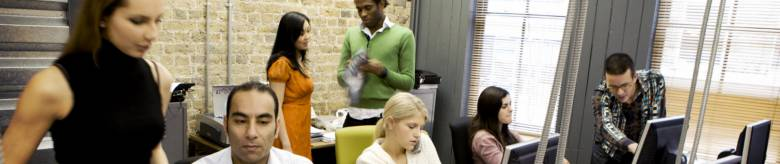 Kantoorpersoneel in lokaal achter computer